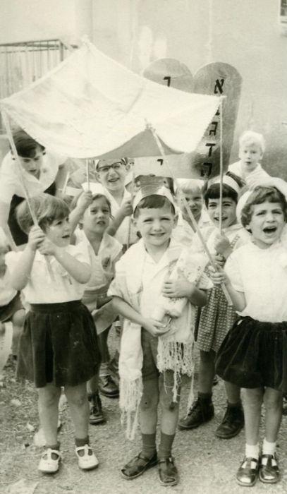 מסיבת ספר תורה בחג השבועות 1966