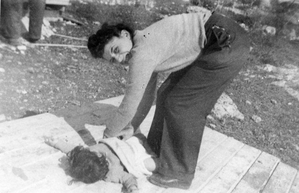 חברה מחליפה חיתול  ביום העליה 1949