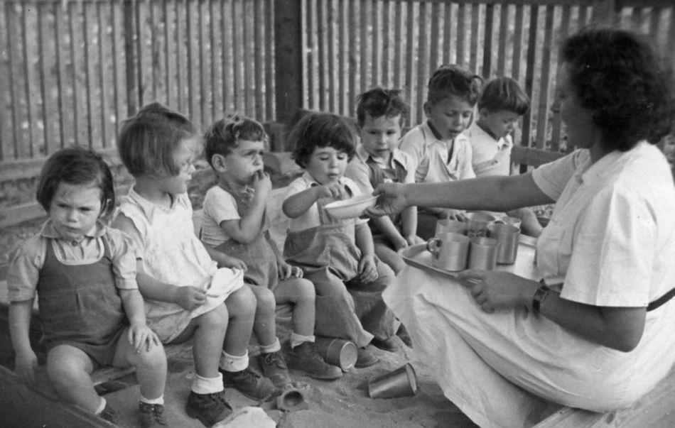 מטפלת מחלקת ארוחת עשר 1949