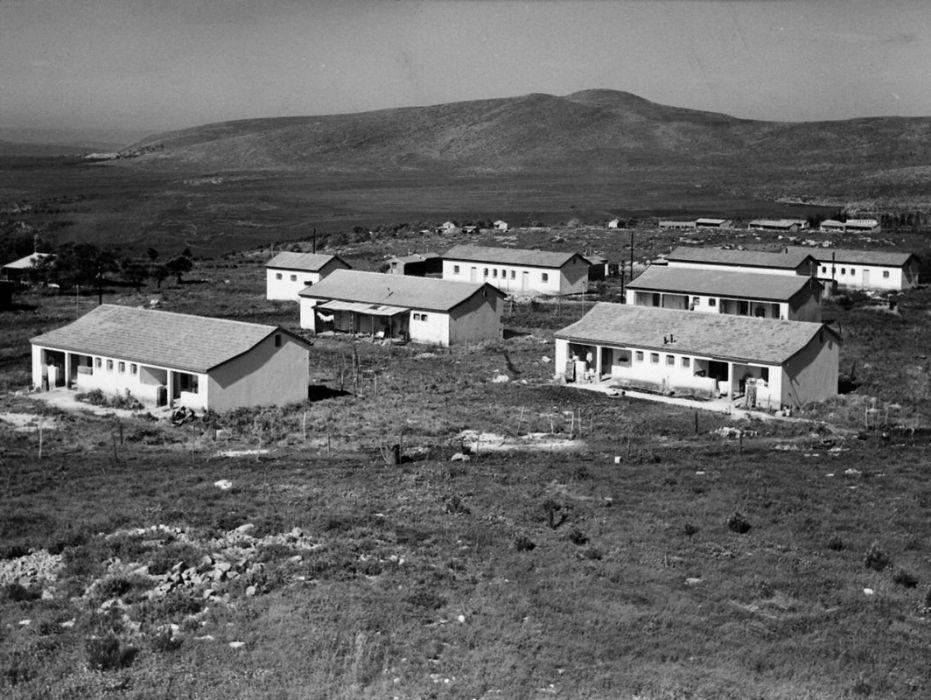 בתי אבן הראשונים, הר טורען ברקע 1956
