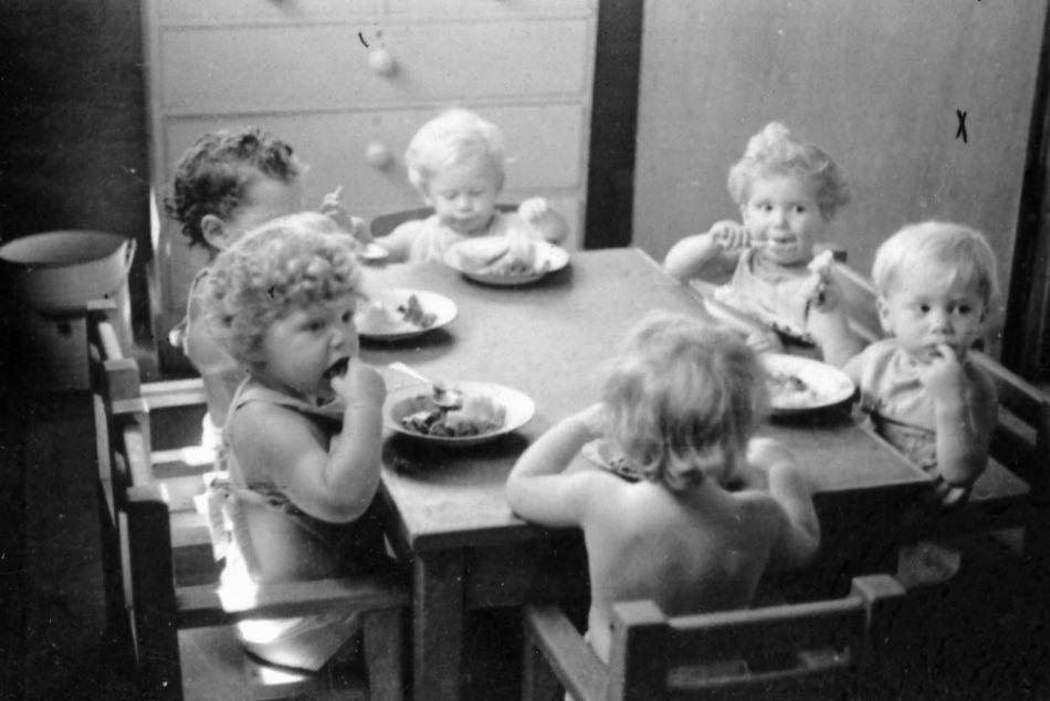 ילדים אוכלים בבית הילדים 1950