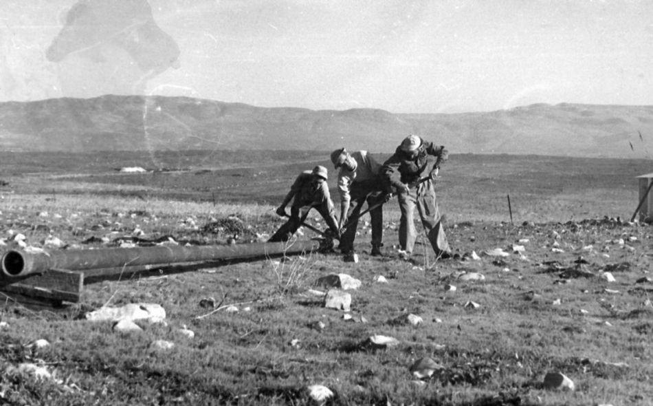 מניחים קו מים 1949