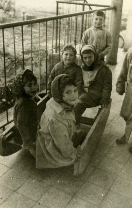 ילדי גן על נדנדה תוצרת בית 1965