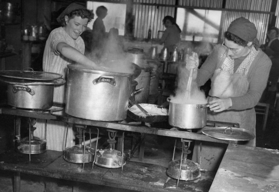 מבשלים על פרימוסים במטבח 1953