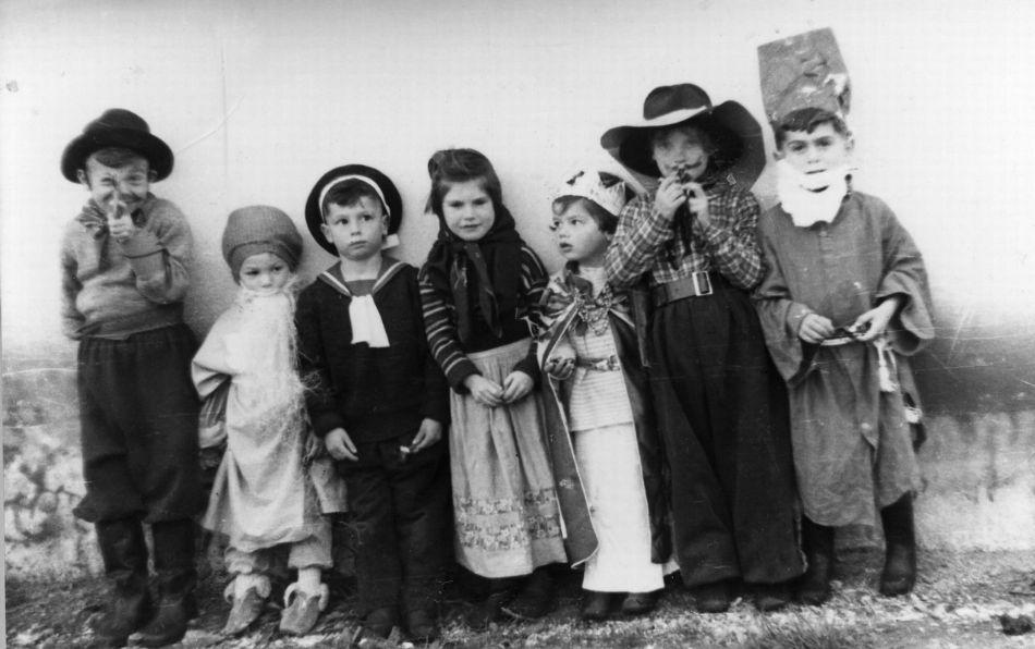 ילדים מתחפשים בפורים 1953