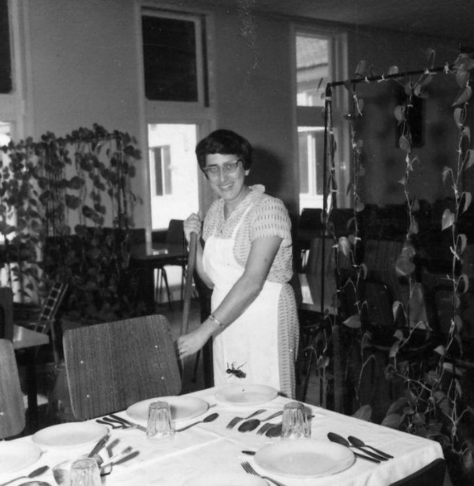 חברה  באגף בחדר אוכל המיועד לארוחות לתיירים 1967