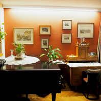 Wohnzimmer mit Bilderwand