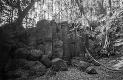 尼が岳の麓、藤原千方窟