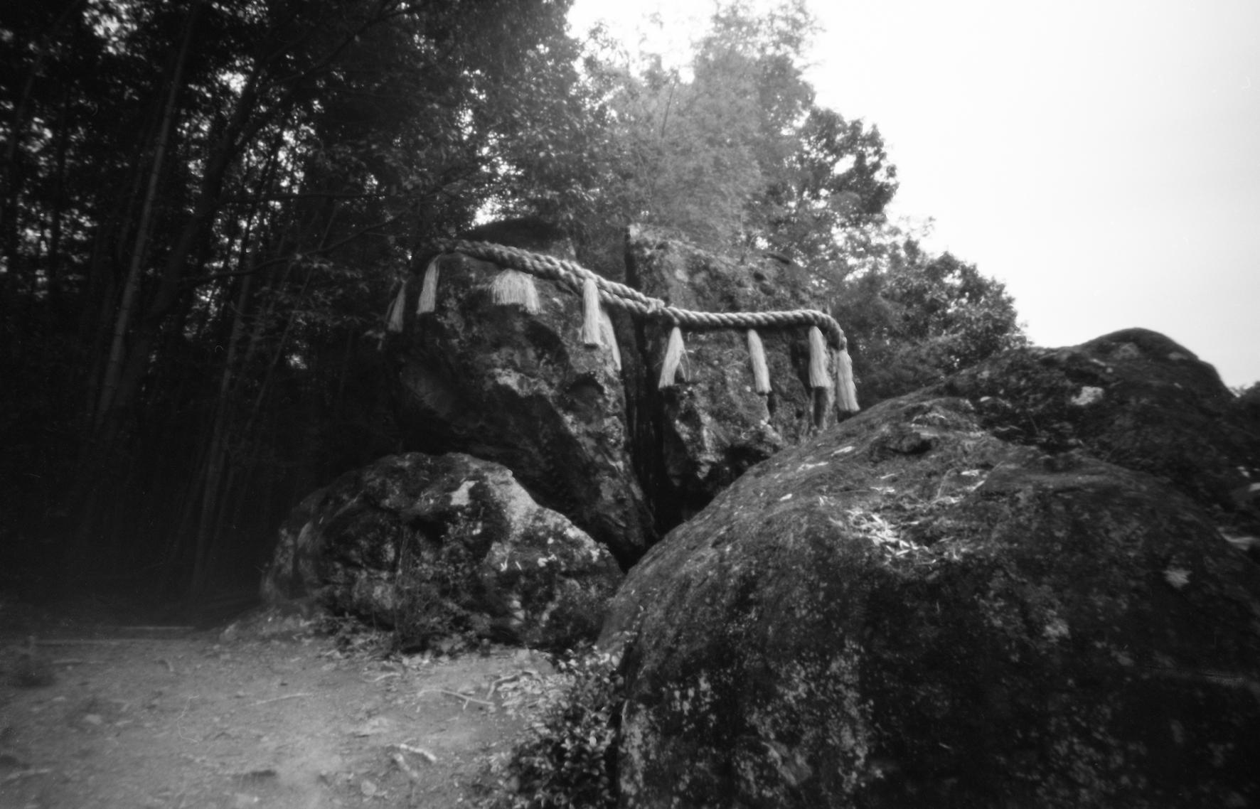 兵庫県姫路市西脇の破磐神社の御神体「割れ岩」。