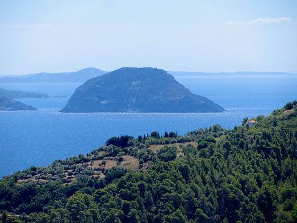 Σκόπελος το πράσινο και γαλάζιο νησί του Αιγαίου
