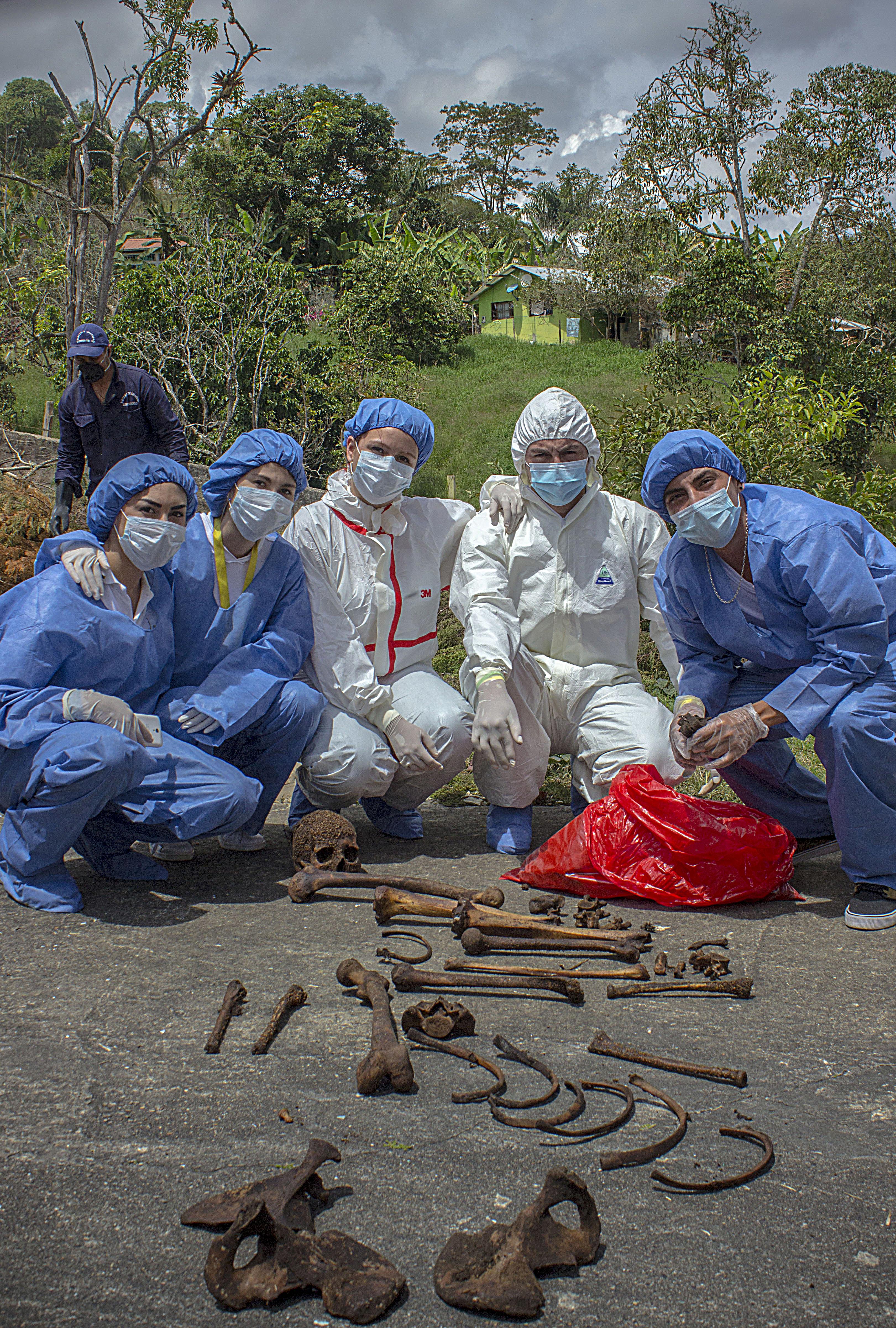grupo 3 examinando restos