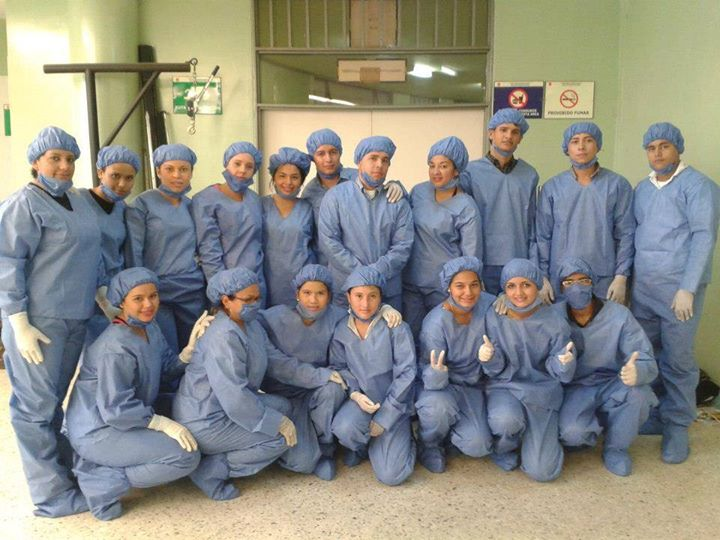 listos con los trajes de bioseguridad para una práctica en la morgue