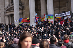 Heil on steps of Bourse