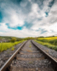 railway-road-in-the-middle-of-a-field_fr