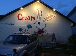 ウサギのマークはクリームスタジオ