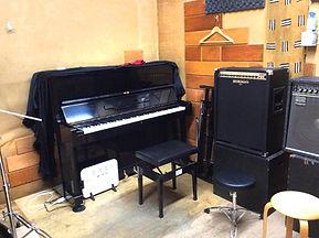 ※Qスタジオにアップライト・ピアノが入りました。