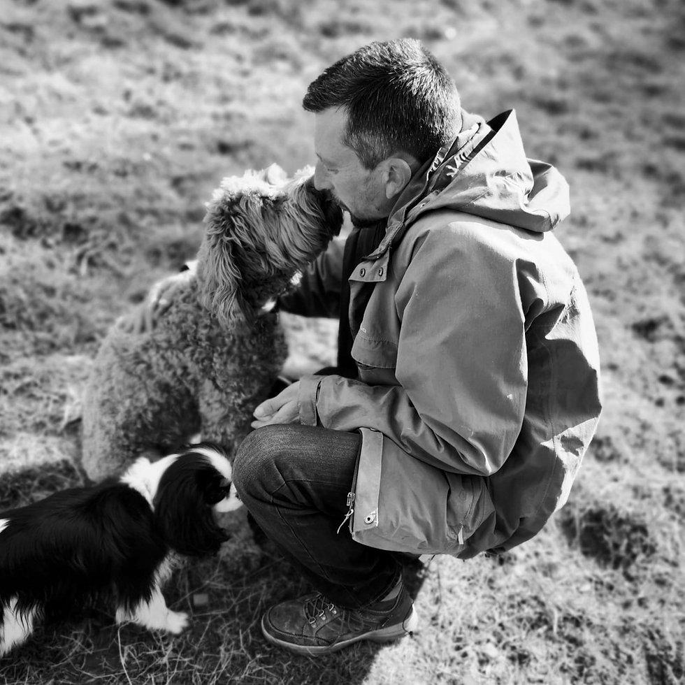 Benjamin avec deux chiens