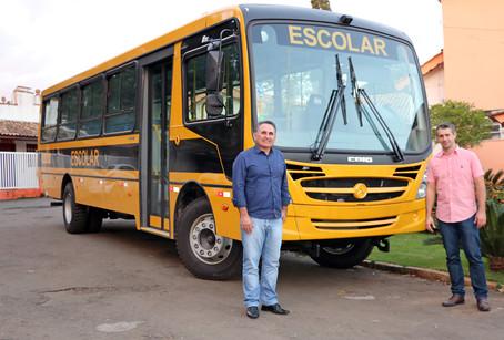 Holambra recebe novo ônibus para transporte de estudantes