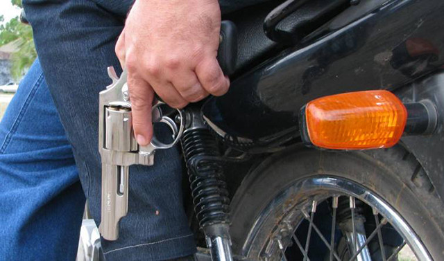 Dupla ataca em plena manhã e rouba moto de rapaz que saía para o trabalho