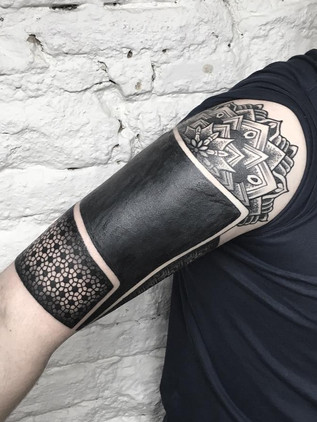 Blackwork tetování, černé tetování, Black House Tattoo, mandala, paže, ruka