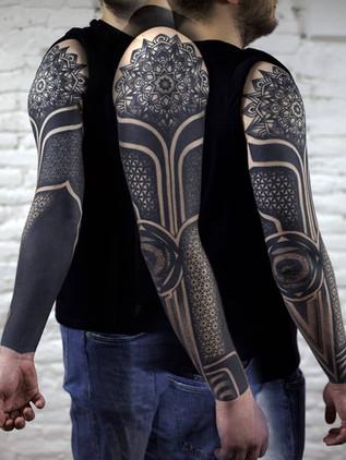 ornamentální tetování - rukáv s mandalou - black house tattoo praha