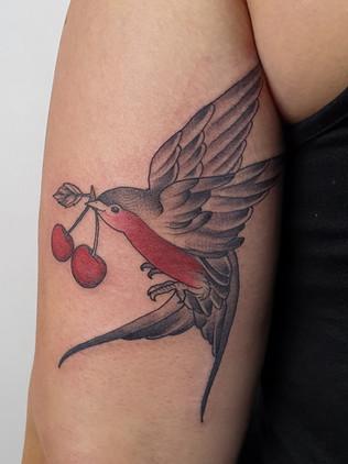 Japonské tetování - Black House Tattoo Praha - pro muže - pro ženy - vlaštovka s třešničkami - na ruce pro ženy