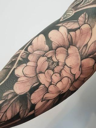 Tetování pivoňka na biceps černobílé - Tetování draka na záda - Japonské tetování - Black House Tattoo Praha - tetování pro muže - tetování pro ženy
