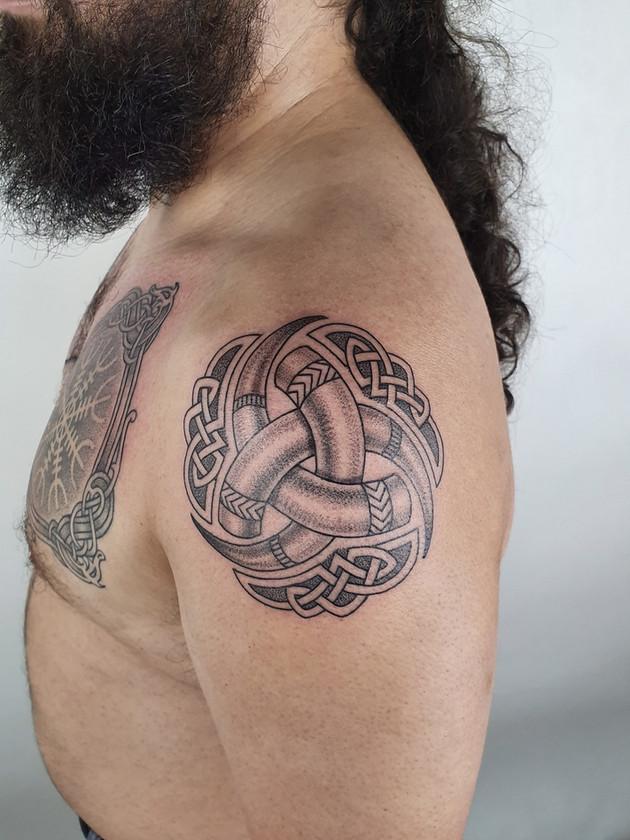 Tatouages celtiques - Tatouages scandinaves - Noeud celtique - Veau d'épaule pour homme - Tatouages celtiques - Black House Tattoo Prague