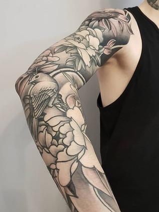 Tetování na ruku - rukáv pivoňky černobílý Tetování draka na záda - Japonské tetování - Black House Tattoo Praha - tetování pro muže - tetování pro ženy