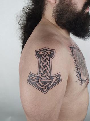 tattoo torso hammer - celtic knot - shoulder tattoo for men - celtic tattoo - black house tattoo prague