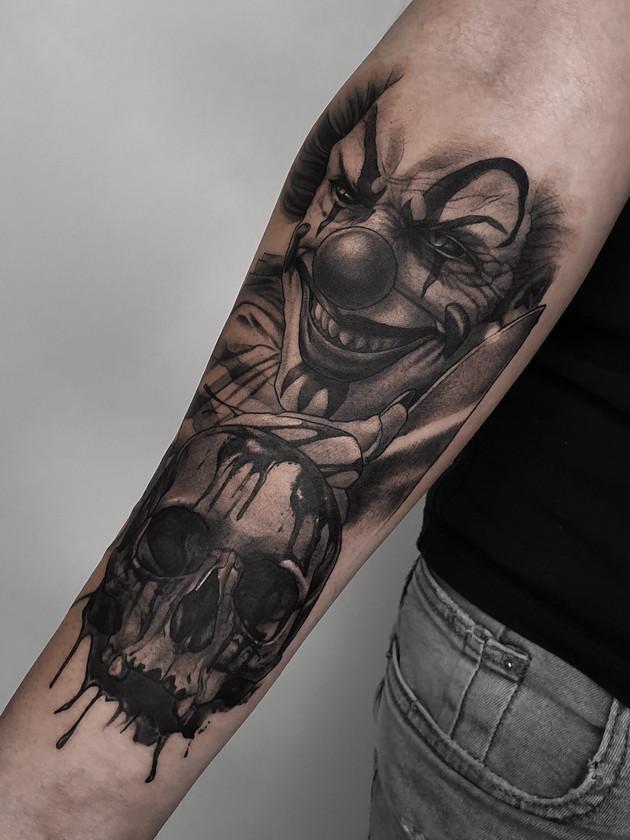 clown avec crâne sur l'avant-bras - tatouage noir et blanc Prague
