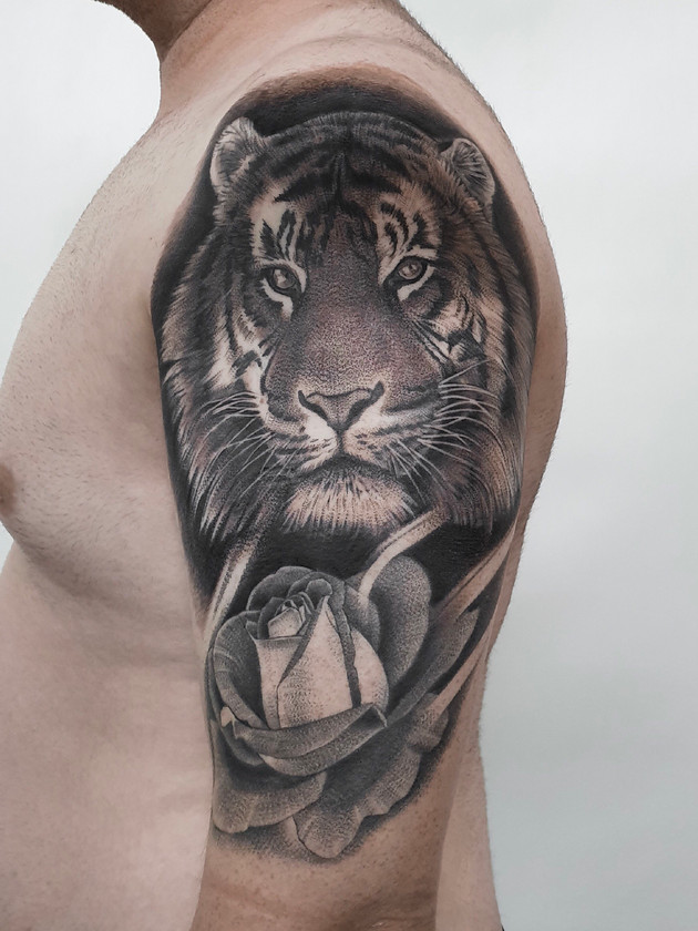 tigre avec ruzi - tatouage noir et blanc - tatouage maison noire prague