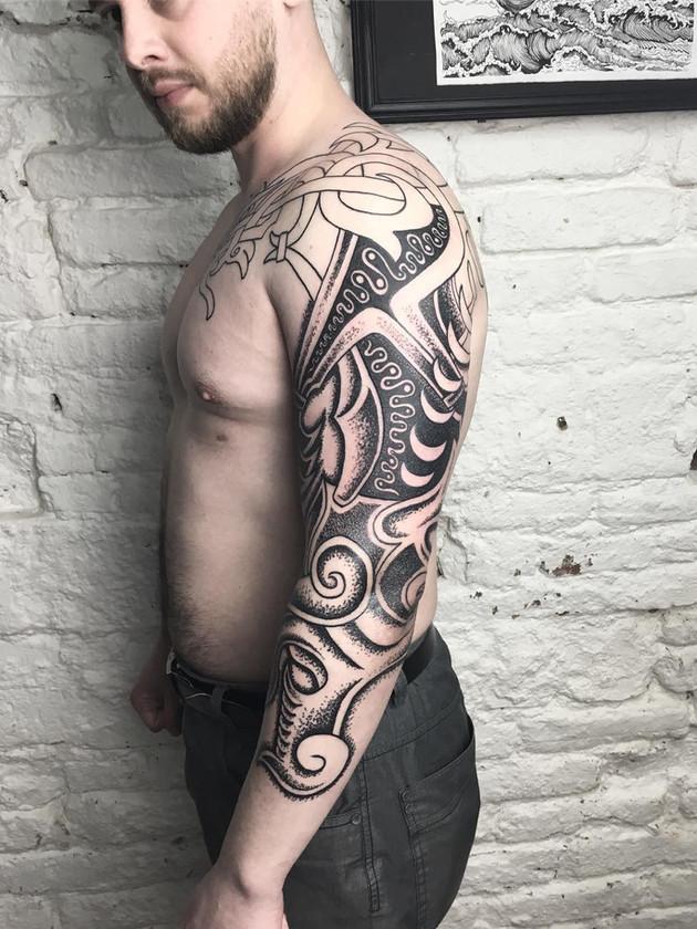 manchon noir et blanc pour homme - tatouage celtique - black house tattoo prague