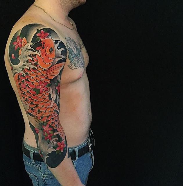 Tatouages de la main de la carpe doréeTatouages dans le dos - Tatouages japonais - Black House Tattoo Prague - Tatouages pour hommes - Tatouages pour femmes