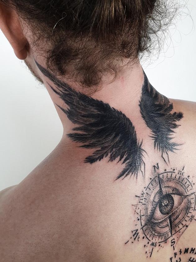 tatouage ailes sur le cou par derrière - tatouage celtique - black house tattoo prague