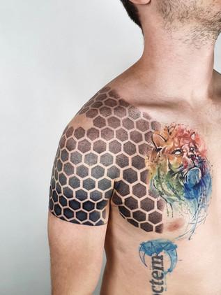 Dotwork tetování - Black House Tattoo Praha - tetování pro ženy - tetování pro muže - rameno