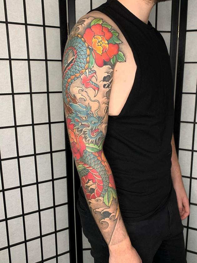 Tatouage japonais - Black House Tattoo Prague - pour homme - pour femme - dragon bleu - fleurs