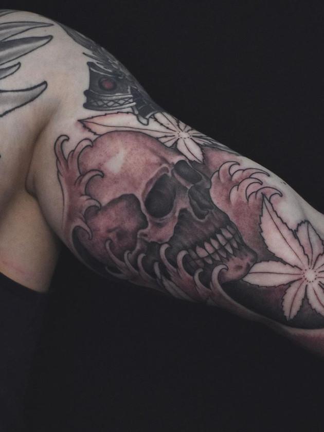 Tatouages de crâne noir et blanc Biceps - Tatouages de Dragon arrière - Tatouages japonais - Black House Tattoo Prague - Tatouages pour hommes - Tatouages pour femmes