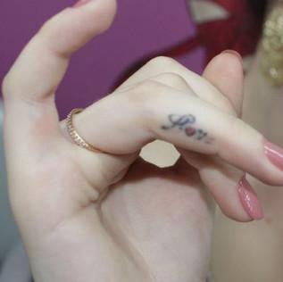 tetovani na prste ze strany
