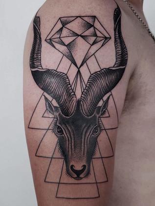 Tatouages géométriques - Black House Tattoo Prague - pour femme - pour homme - pour main - pour épaule - capricorne