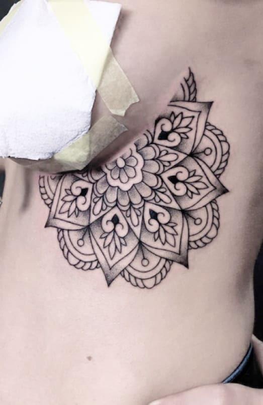 tatouage ornemental - mandala sur les côtes - tatouage maison noire prague