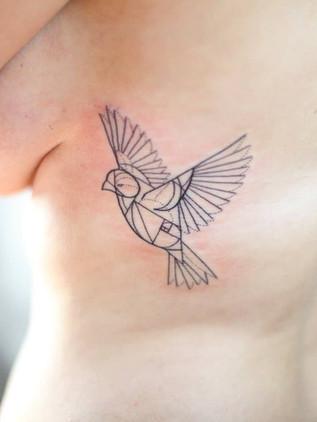 Tatouages géométriques - Black House Tattoo Prague - pour femme - pour homme - pour côtes - oiseau