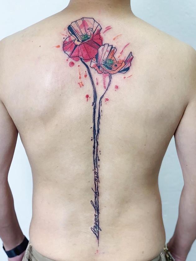 pavot fleur dos tapant - tatouages aquarelles - tatouages aquarelles - maison noire tatouage prague