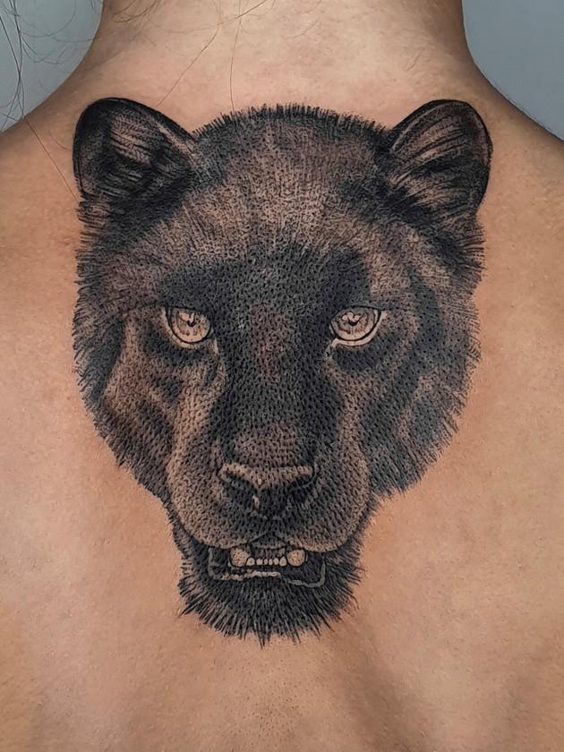 panthère au dos - tatouage noir et blanc - black house tattoo prague
