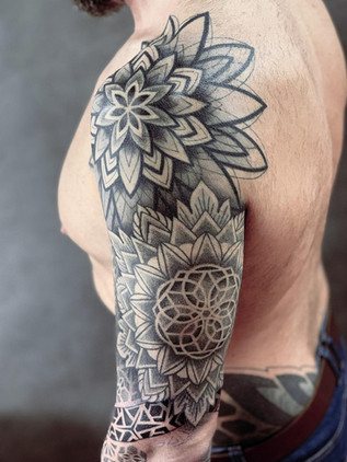 tatouage ornemental - manche et scoop mandala - tatouage maison noire prague