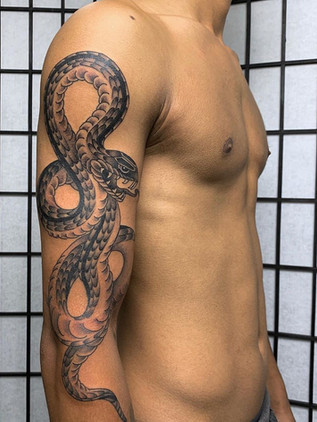 Japonské tetování - Black House Tattoo Praha - pro muže - pro ženy - hád na ruce - černobílý