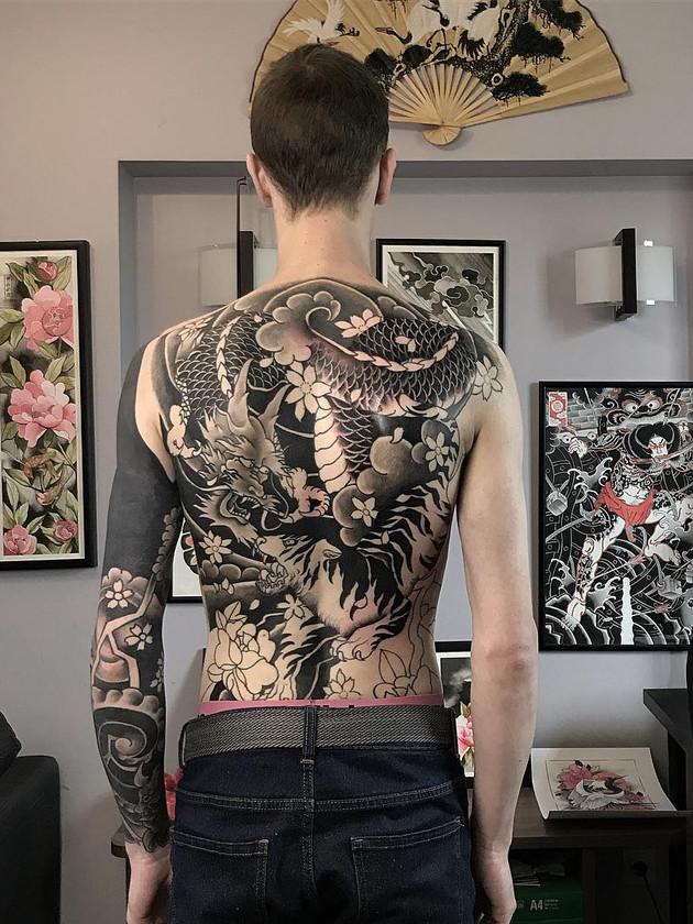 Tatouage de dragon sur le dos - tatouage japonais - Black House Tattoo Prague - tatouage pour homme - tatouage pour femme