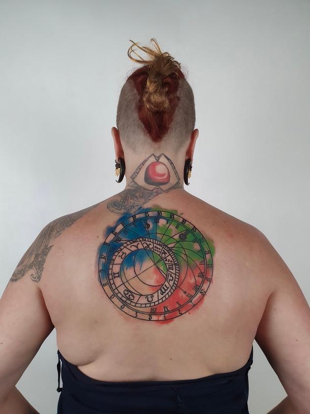 horloge astronomique - tatouage aquarelle - tatouage noir maison prague
