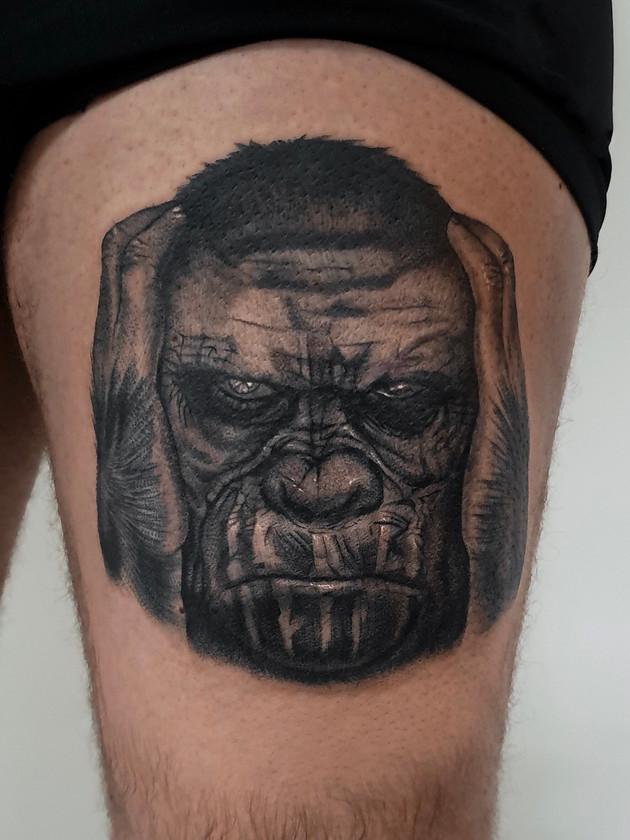 gorille sur la cuisse - tatouage noir et blanc - tatouage maison noire prague