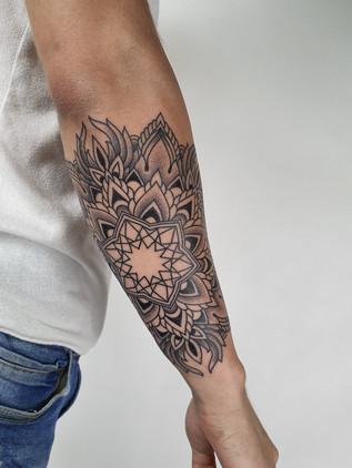 Dotwork tetování - Black House Tattoo Praha - tetování pro ženy - tetování pro muže - předloktí - mandala